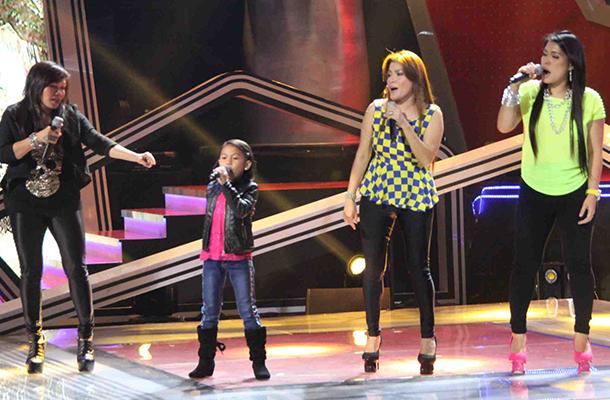 The Voice KidsのLyca Gairanodと共にステージに立つAegisのボーカル3人