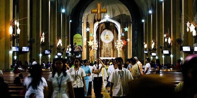 マニラでも有数の多くの市民が集まるバクララン教会 (Baclaran Church)