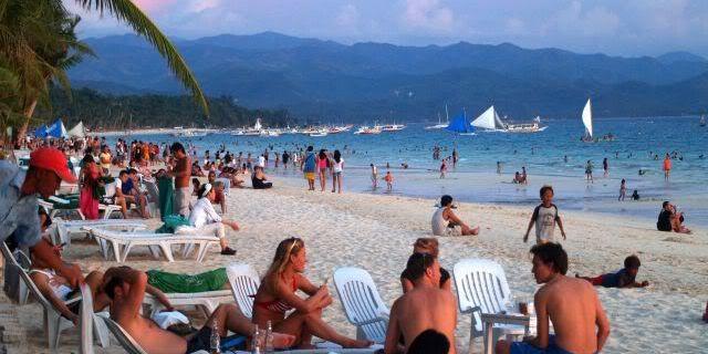 リゾート客でにぎわうボラカイ島 遠浅のビーチ (Boracay Island)