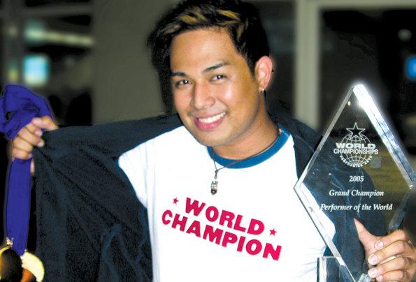 今週2枚のアルバムがトップ10入りしているJed Madela、海外のコンペティションでグランドチャンピオンになった時の1ショット