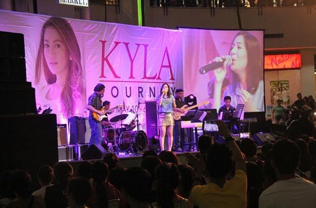 今週14位に最新シングルが初登場したKyla、アルバムプロモーションのため行われたモールショーの模様です。 (Kyla on the stage in Market Market)