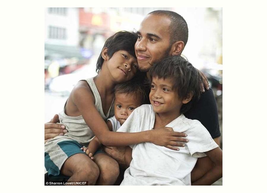 F1レーサー・ルイスハミルトンとマニラのストリートチルドレン (Lewis Hamilton with Street Children in Manila)