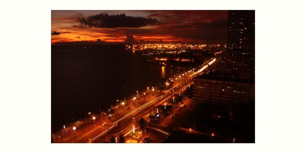 夕闇に包まれるロハスブールヴァード (Roxas Boulevard and Manila bay)