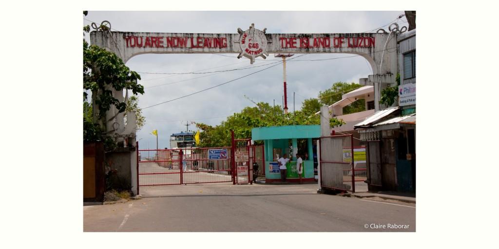 ルソン島最南端の街マトノグの港入り口。ここからフェリーに乗れば対岸のサマール島アレンの街に到着です。 (Port of Matnog, Sorsogon province)