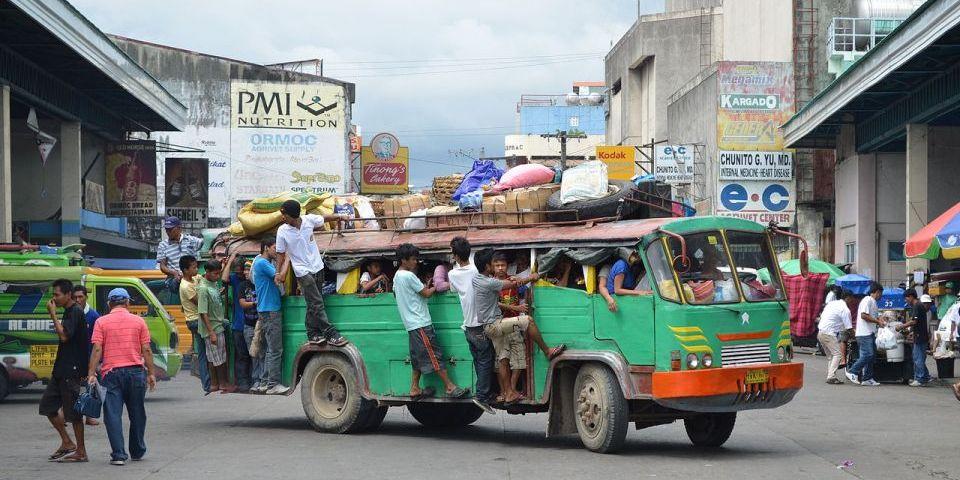 レイテ島西岸オルモック市のバスターミナル (Bus terminal of Ormoc City, Leyte)
