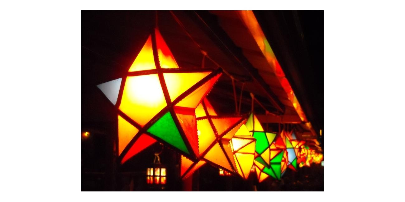 軒下に吊るされた美しいクリスマスランタン:パロル(Filipino Chrismas Lantern : Parol)