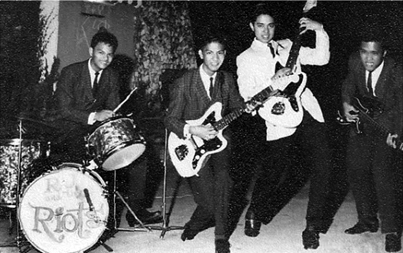 "Ramon ""RJ"" Jacinto and the Riots (白のジャケットがRamon ""RJ"" Jacinto)"