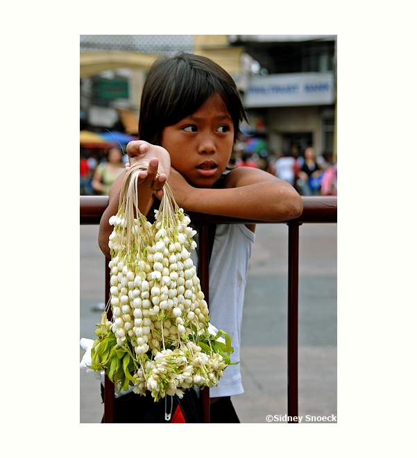 教会の前で花(サンパギータ)売る少女 (Sampaguita vendor in Quiapo)