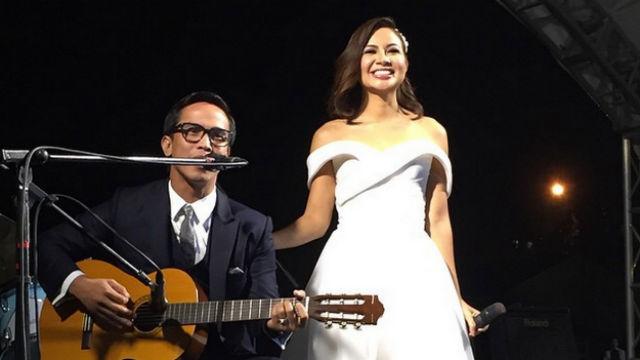 夫のJoey Ramirez氏と共にステージに立つSitti Navarro