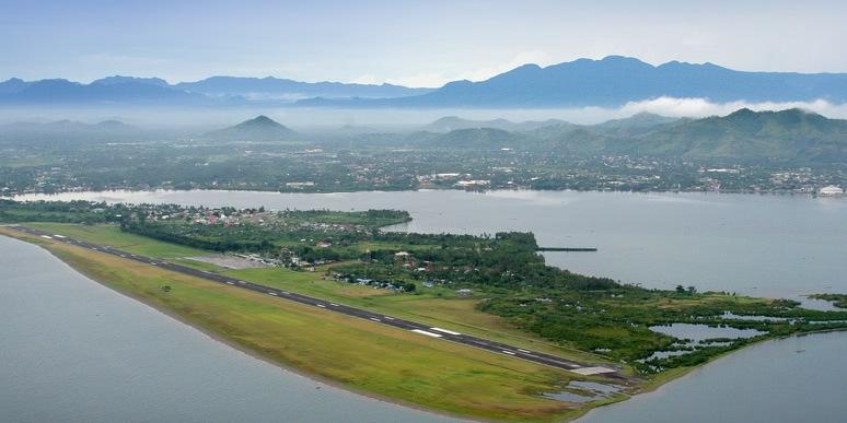 タクロバン空港からタクロバン市街を望む (Tacloban airport and downtown Tacloban City)
