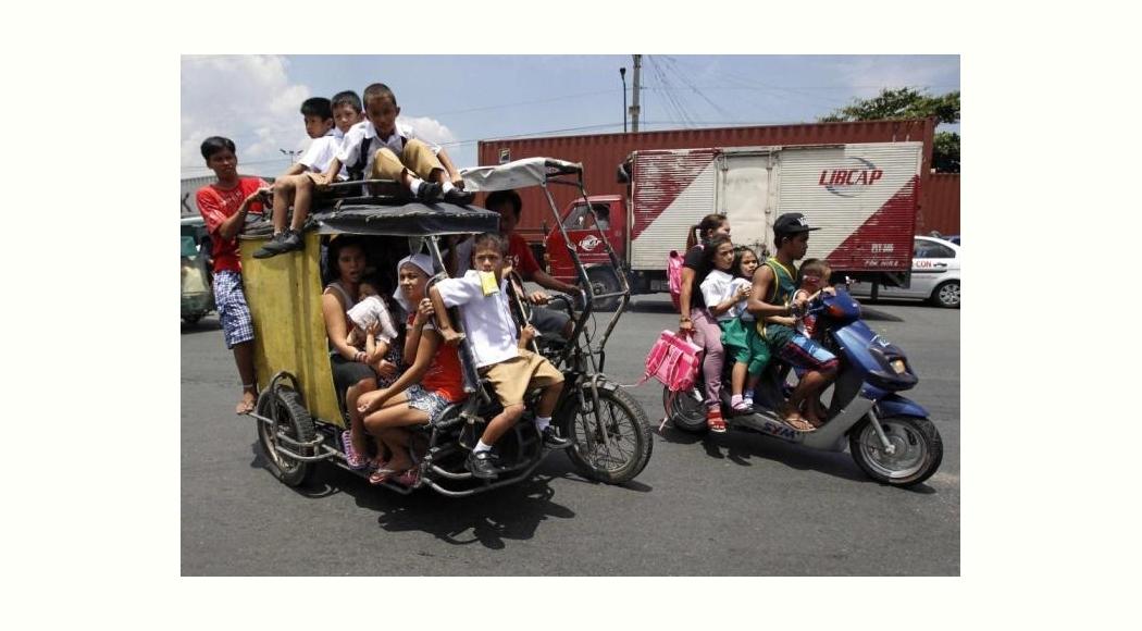 マニラ朝の通学風景 (Students on  Tricycle in Manila)
