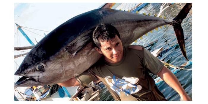 豪快にマグロを担ぐミンダナオ島の漁師